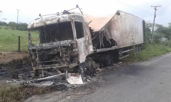 Carreta pega fogo na BA que liga Ipirá a Itaberaba; motorista sofre graves queimaduras