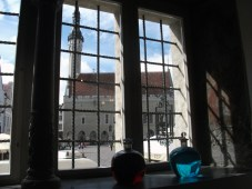 Tallinn's raadhuis vanuit antieke apotheek