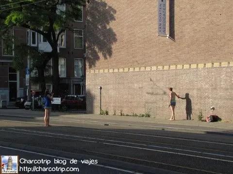 Esta chica estaba haciendo acrobacias mientras la otra le tomaba foto...
