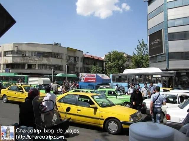 Muchos automóviles en Teheran
