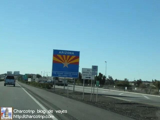 Un colorido letrero nos indica que entramos en el estado de Arizona.