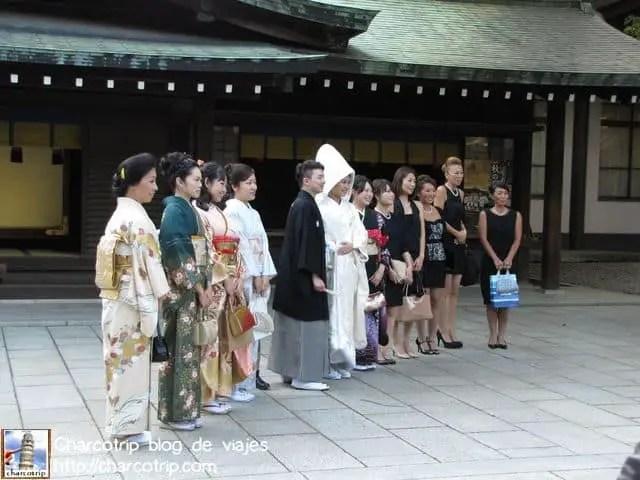 Esta me encanto: los novios vestidos tradicionalmente en medio y de un lado chicas en kimono y del otro chicas en vestido occidental... de todo pues! pero todos contentos