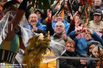 El publico recibiendo las flores