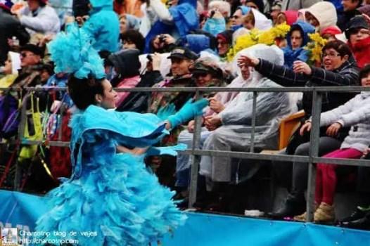 La chica del carro alegórico del pajarito azul