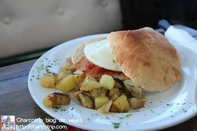 Desayuno con huevo con Johnny Cake