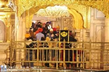 devotos-dentro-templo-dorado