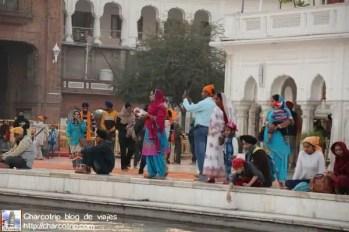devotos-templo-dorado-amritsar