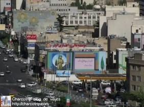 Otro ángulo de la ciudad, alcance a captar estos murales... todos alusivos a la guerra Iran Irak aparentemente. Algo que caminando por la calle muy probablemente me hubiera perdido.