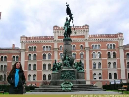 Con estatua