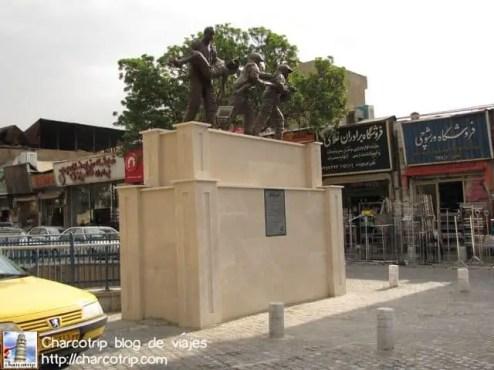 Una estatua que nos encontramos antes de cruzar hacia la estación de metro.