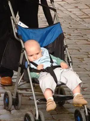 """El pequeno Javier, seguramente aquí pensando """"¡pero esta no es mi carriola!"""""""