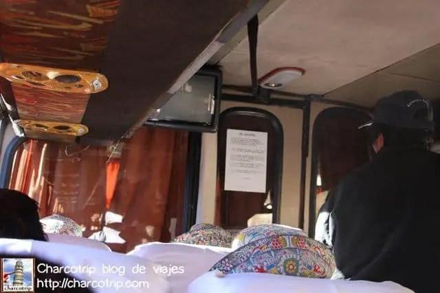 En el interior de uno de esos autobuses que no se va hasta que no esta lleno a reventar
