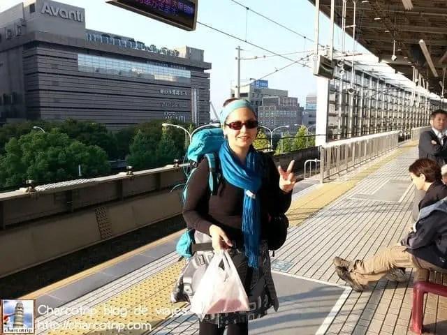Yo cargando mi mochilita esperando el tren... ah y eso que traía en la bolsa de plástico era mi desayunito