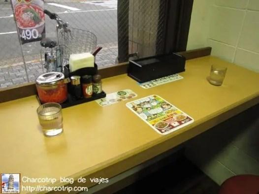 Los imprescindibles: las especias, la caja con los palitos y el agua gratis