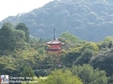 Pagoda roja en el horizonte verde