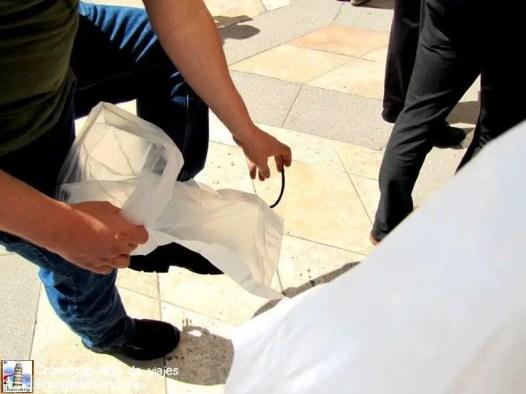 Metiendo los zapatos en una bolsa