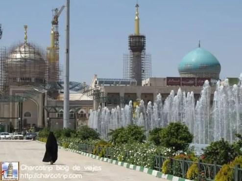 mujer-caminando-mausoleo-khomeini
