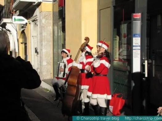 Santa clauses tocando musica