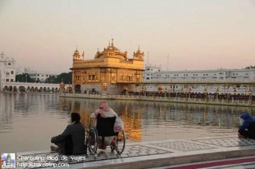 observando-templo-dorado-amritsar