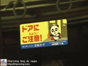 Este en el vagón del metro diciendo que no metan las manos cuando se cierren las puertas XD (este osito no eran tan kawaii)