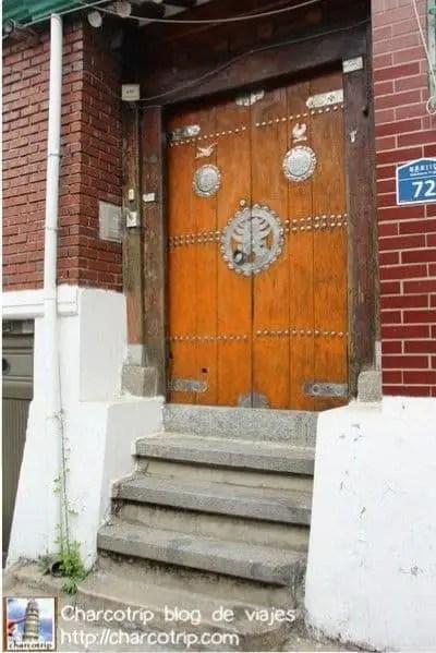 Gran puerta de madera y metal
