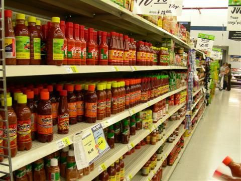 Pasillo lleno de salsas