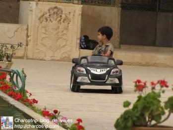 Nino jugando en la mezquita