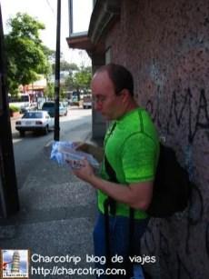 Vicente consultando el mapa