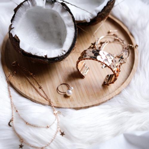 Charlène Telhier, Photographe nature morte basé sur Paris, noix de coco, accessoires , rose gold, bijoux , élégance, simplicité