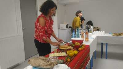 C RUIZ en préparatifs du buffet