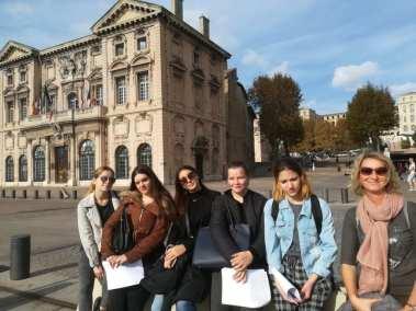 Les MC AR posent devant l'Hôtel de Ville