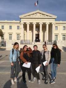 Les MC AR posent devant le Palais de Justice