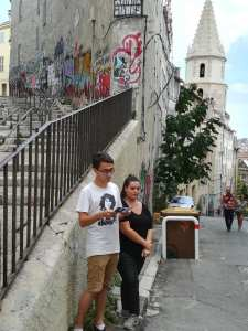 Photo de deux étudiants devant la montée des accoules