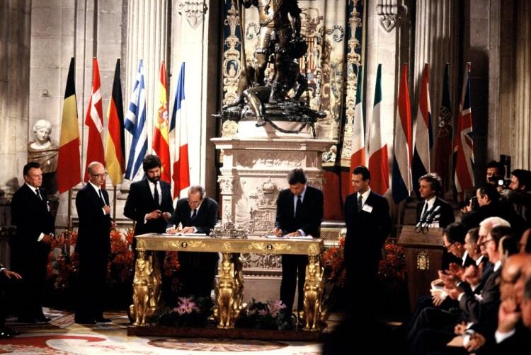 Firma del Acta de Adhesión de España a las Comunidades Europeas. Palacio Real. Madrid (1985) / Foto: Comisión Europea
