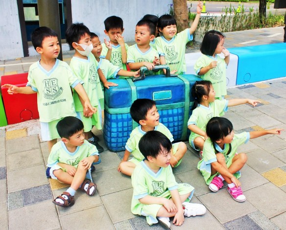 Teaching English in Taiwan - Charlie on Travel - A school trip with my Kindy class to see Jimmy Liao's artwork
