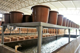 Production of clay pots at Ecofiltro