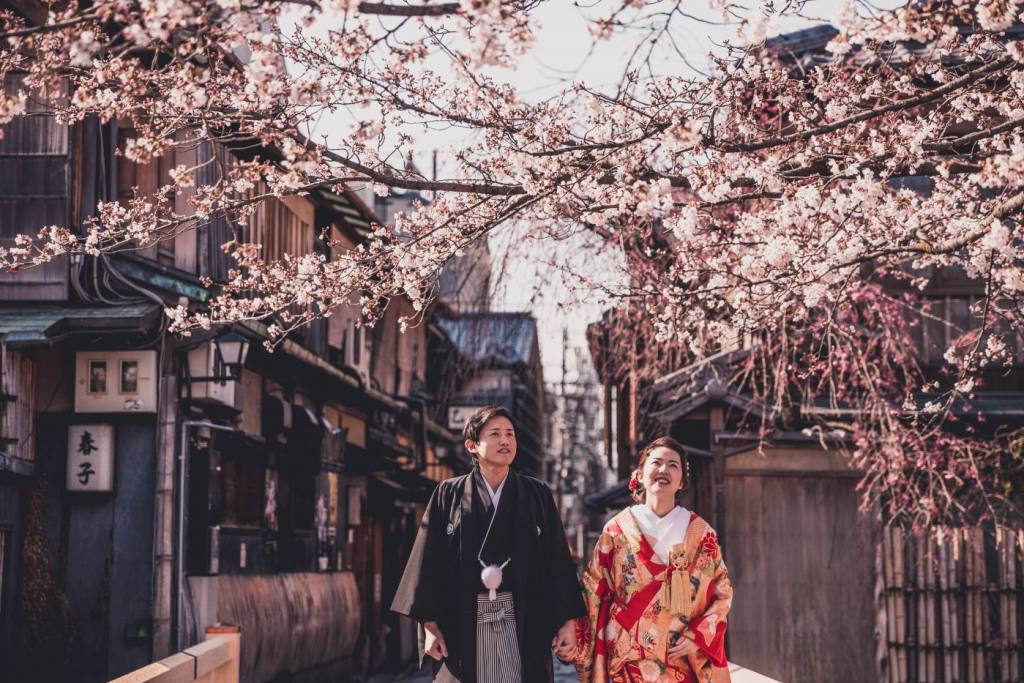 Asian couple in Gion