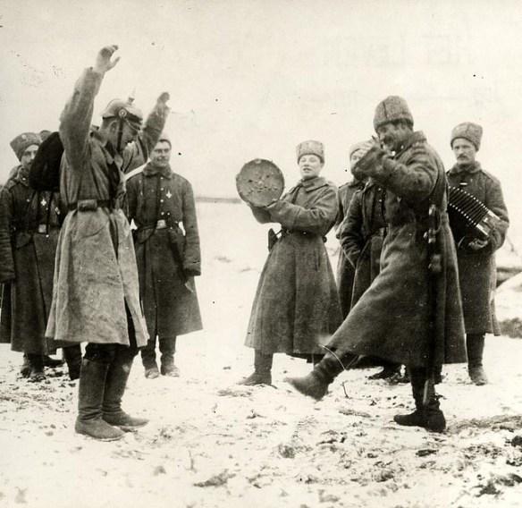 """Niemiecki jeniec wojenny uczy się """"kazaczoka"""". Sytuacja niezupełnie taka jak w opowiadaniu Pilipiuka, ale uważam, że całkiem fajna."""