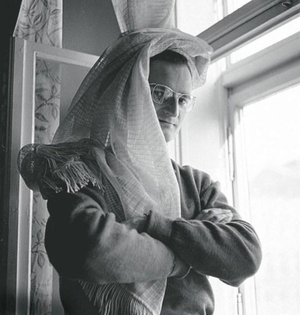 Mrożek z firanką na głowie, a'la dżin z baśni tysiąca i jednej nocy. Źródło: pudelek.pl