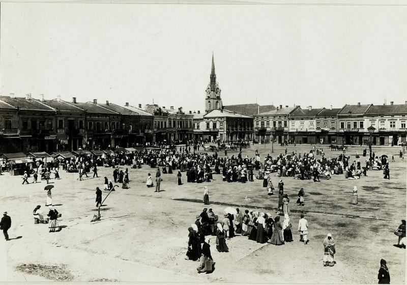 Takie ładne zdjątka można znaleźć w Europeanie. Główny plac w Stryju. Opis z Austriackiej Biblioteki Narodowej:  Ostfront, Galizien; Fotograf: Kommando von Hadfy, 1915