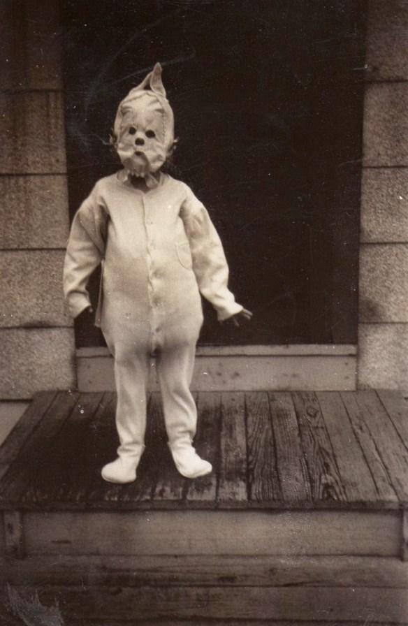 Ten kostium to dobry materiał na horror o morderczym dziecku. Źródło: http://www.vintag.es/2014/10/haunting-vintage-halloween-photographs.html