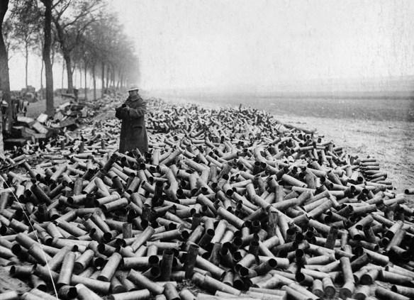Stosy łusek po jednodniowym zmasowanym ostrzale niemieckich wojsk przez wojska Ententy. 1916