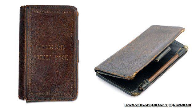Książka oprawiona w skórę skazańca Williama Burke'a i notesik również. Źródło: http://www.bbc.com/news/magazine-27903742