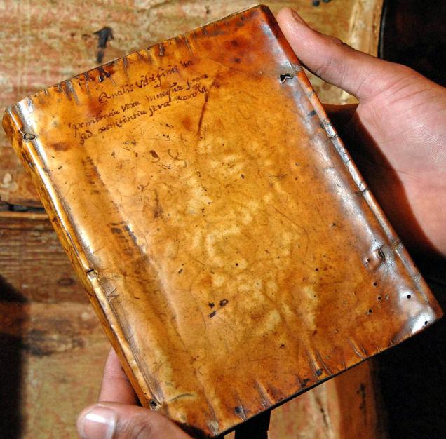 Czy dostrzegacie tutaj ludzką twarz? Źródło: http://io9.com/5886724/anthropodermic-bibliopegy-or-the-truth-about-books-bound-in-human-skin