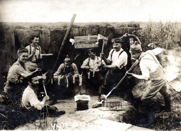 Niemieccy żołnierze gotują szczurzy gulasz... Źródło: http://historicaltimes.tumblr.com/image/94245396248