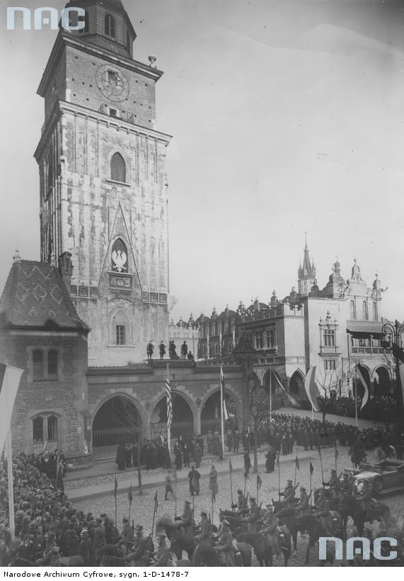 Uroczystości w Krakowie, co prawda zdjęcie znacznie późniejsze, ale niech będzie. Źródło: http://www.audiovis.nac.gov.pl/obraz/96653/547dec8fff46624d3d675b97fb8d223f/