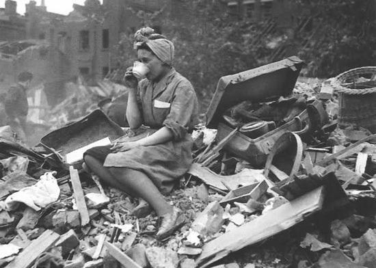 Grunt to zachować spokój. Kobieta w zbombardowanym Londynie (1940). Źródło: https://www.distractify.com/give-me-my-vote-1197887350.html