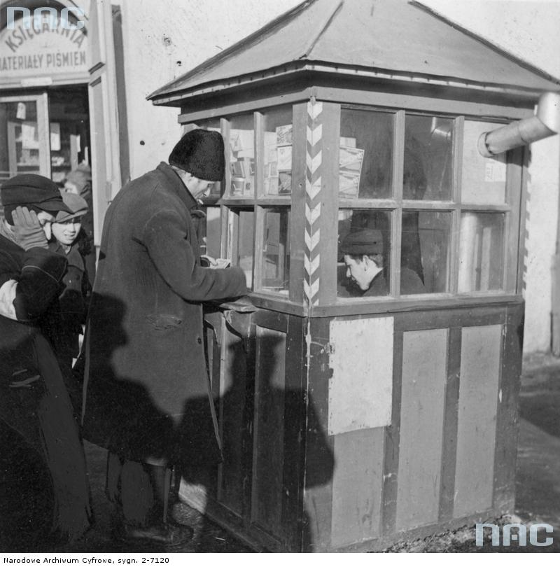 Kolejka przed budką z papierosami. 1939-1945. Źródło: https://audiovis.nac.gov.pl/obraz/10831/2354ed7d08876ba174fad10ab2574332/