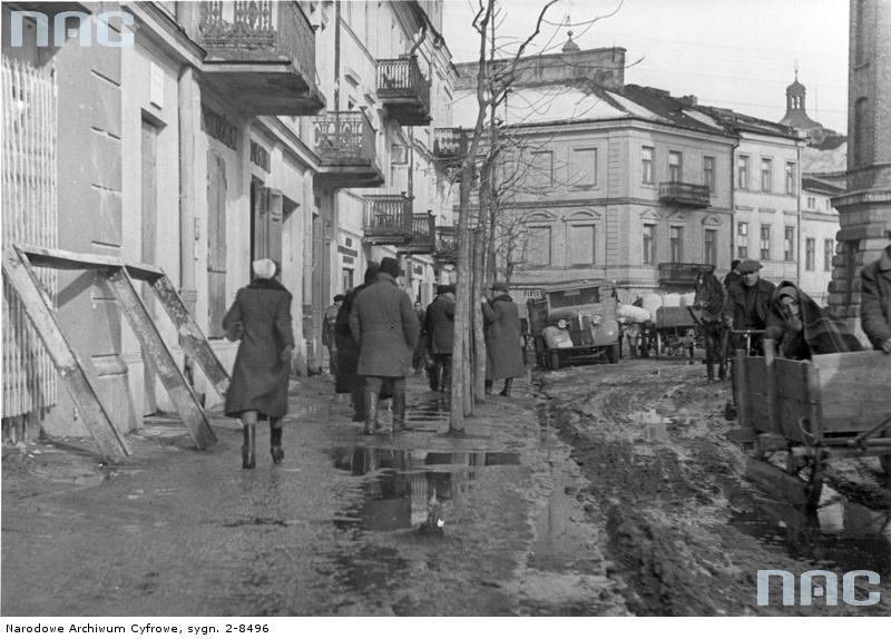 Lublin. Ul. Teatralna - ruch uliczny. 1939-1945. Źródło: https://audiovis.nac.gov.pl/obraz/20330/2354ed7d08876ba174fad10ab2574332/