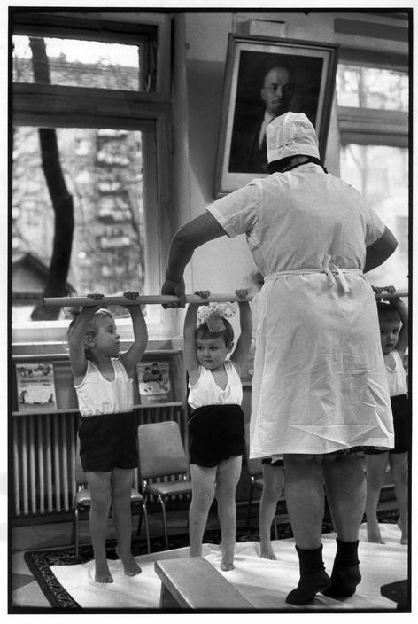 Wciąż ten sam fotograf. Henri Cartier-Bresson, 1954. Źródło: https://pl.pinterest.com/pin/572309065124005001/